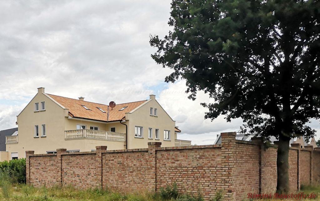 große Doppelgeschossige Villa mit gemauertem Ortgang