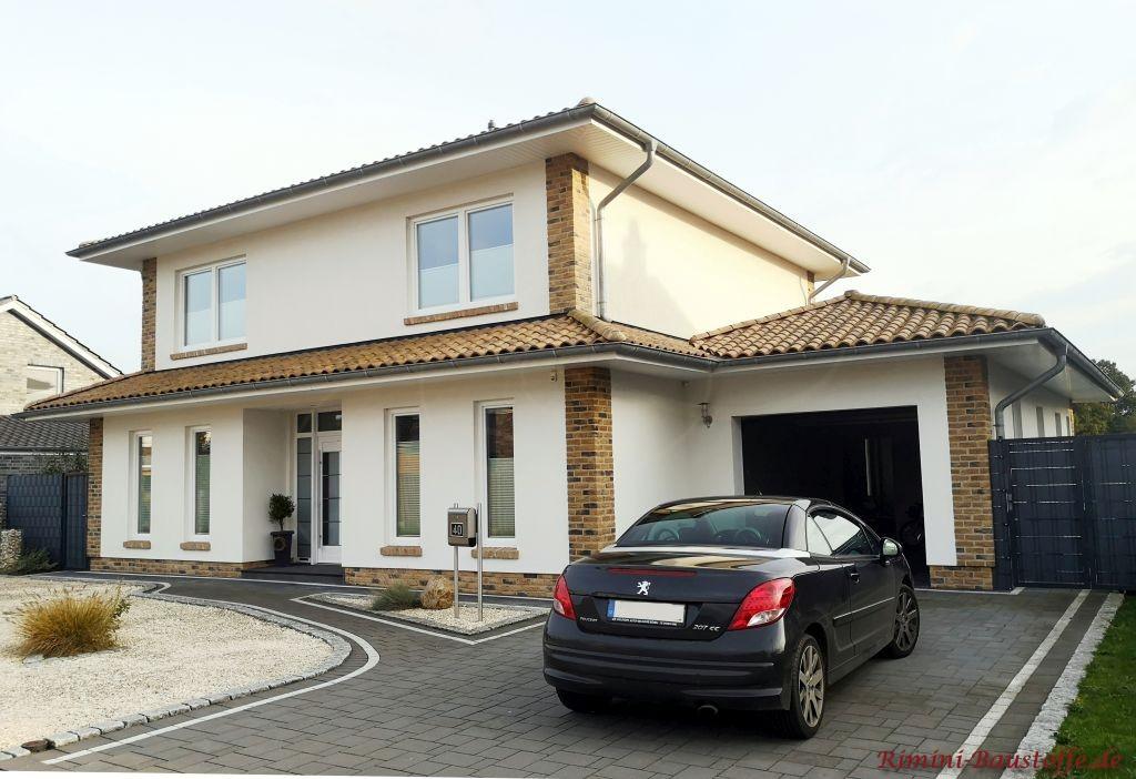 Doppelgeschossiges Einfamilienhaus mit Putzfassade und Klinkerelementen