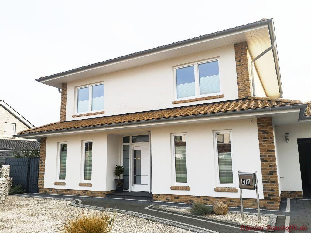 schlichtes mediterranes Einfamilienhaus mit Putzfassade und Klinkerdetails