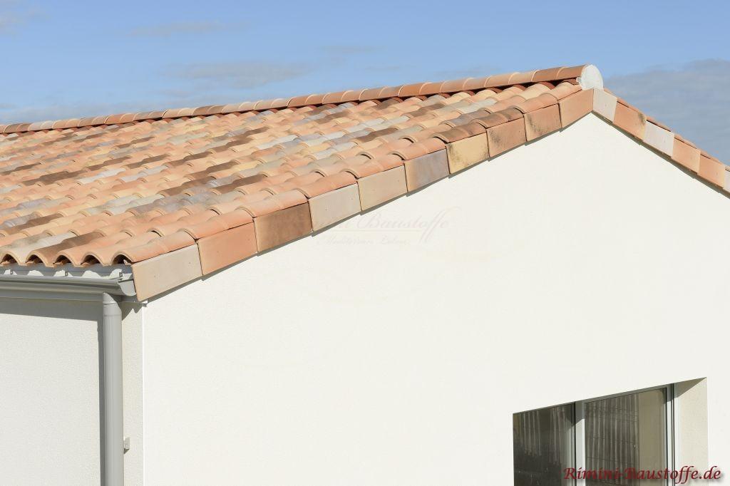 Schicke Seitenansicht eines mediteranen Daches