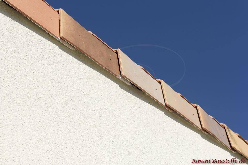 Ortgangsziegel eines mediteranen Daches