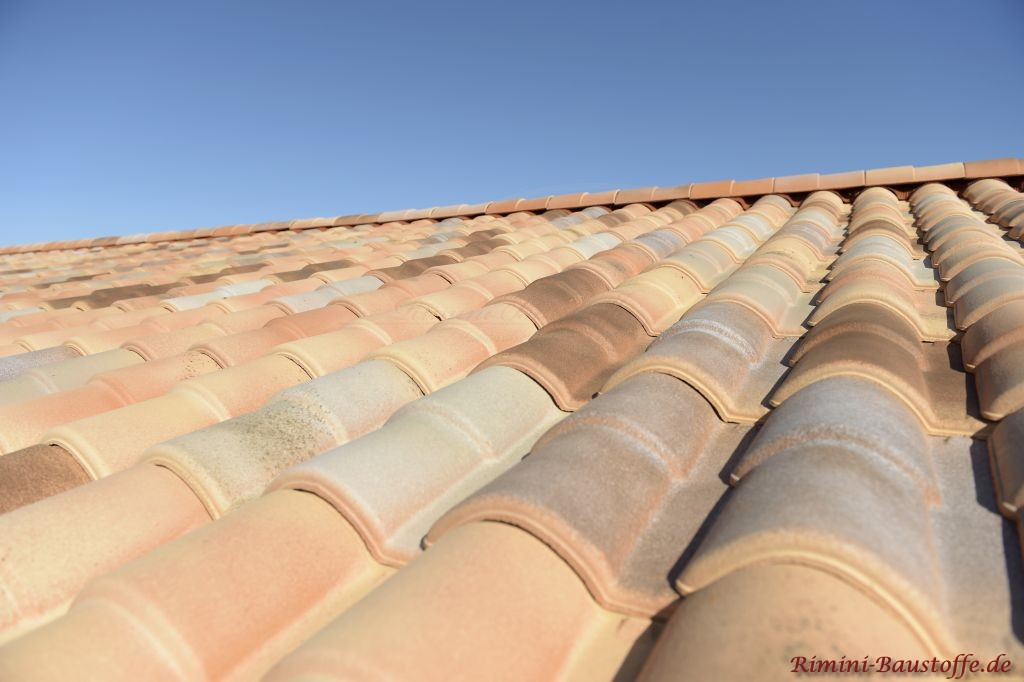 Nahaufname eines Satteldaches mit Doppeloptik