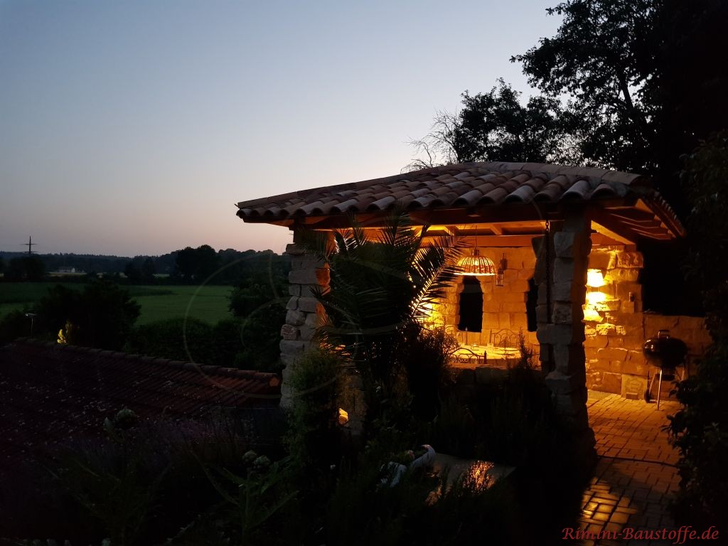 Lounge am Hang mit mediterraner Ueberdachung