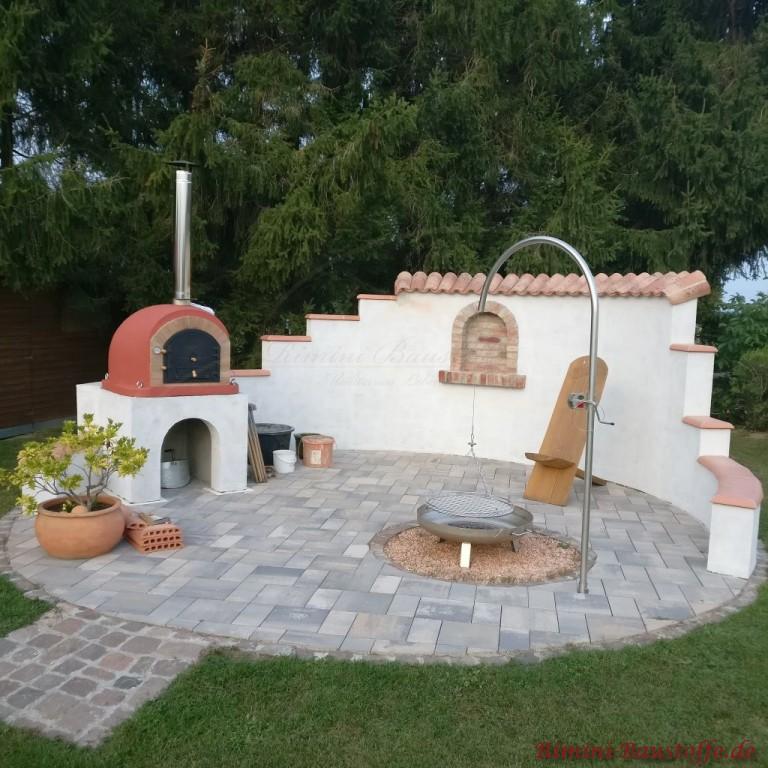 halbrunder Grillplatz mit abgestufter Mauer