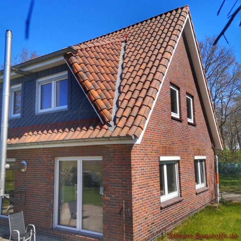 Dachsanierung bei kleinem Satteldachhaus mit mediterranen Ziegeln