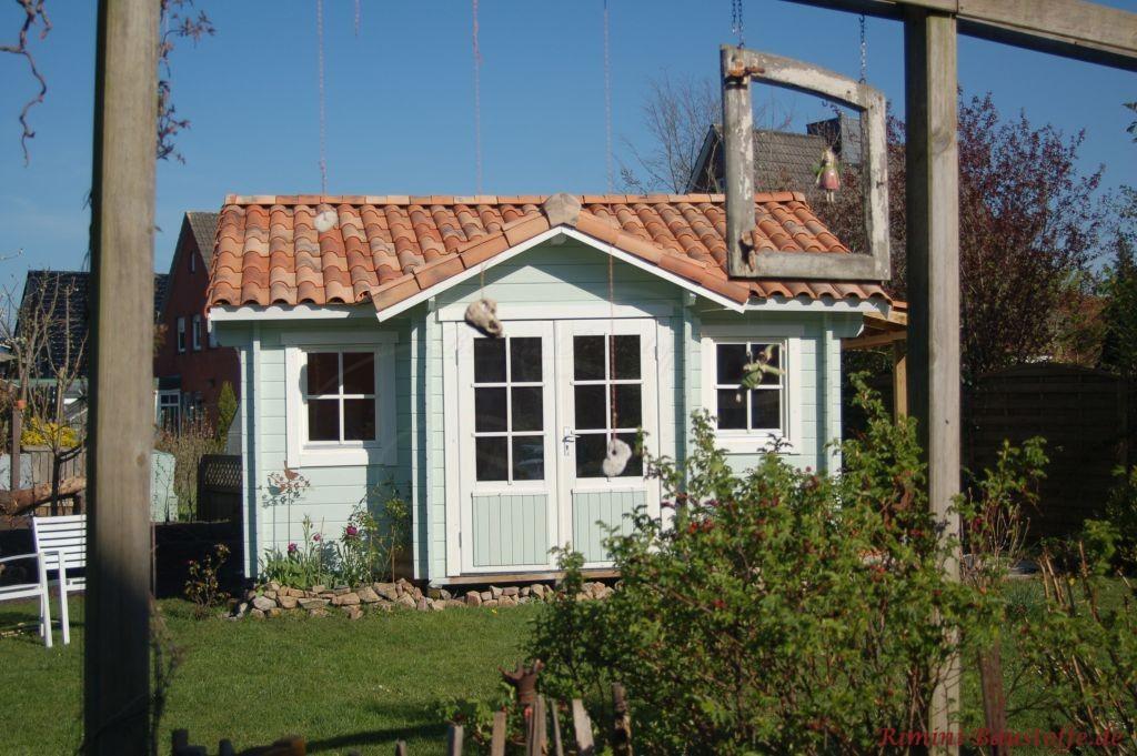 Gartenhaus Holzhaus mit mediterranem Dach und hellblauer Fassade