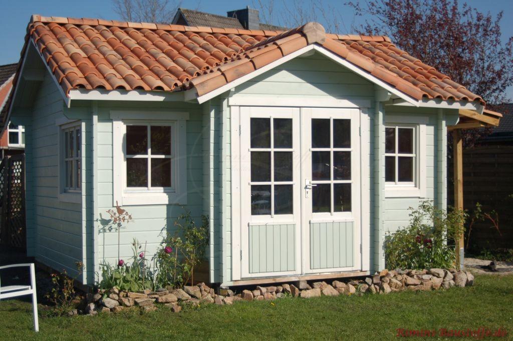 Gartenhuette im franzoesischen Stil mit mediterranen Ziegeln und heller blauer Fassade