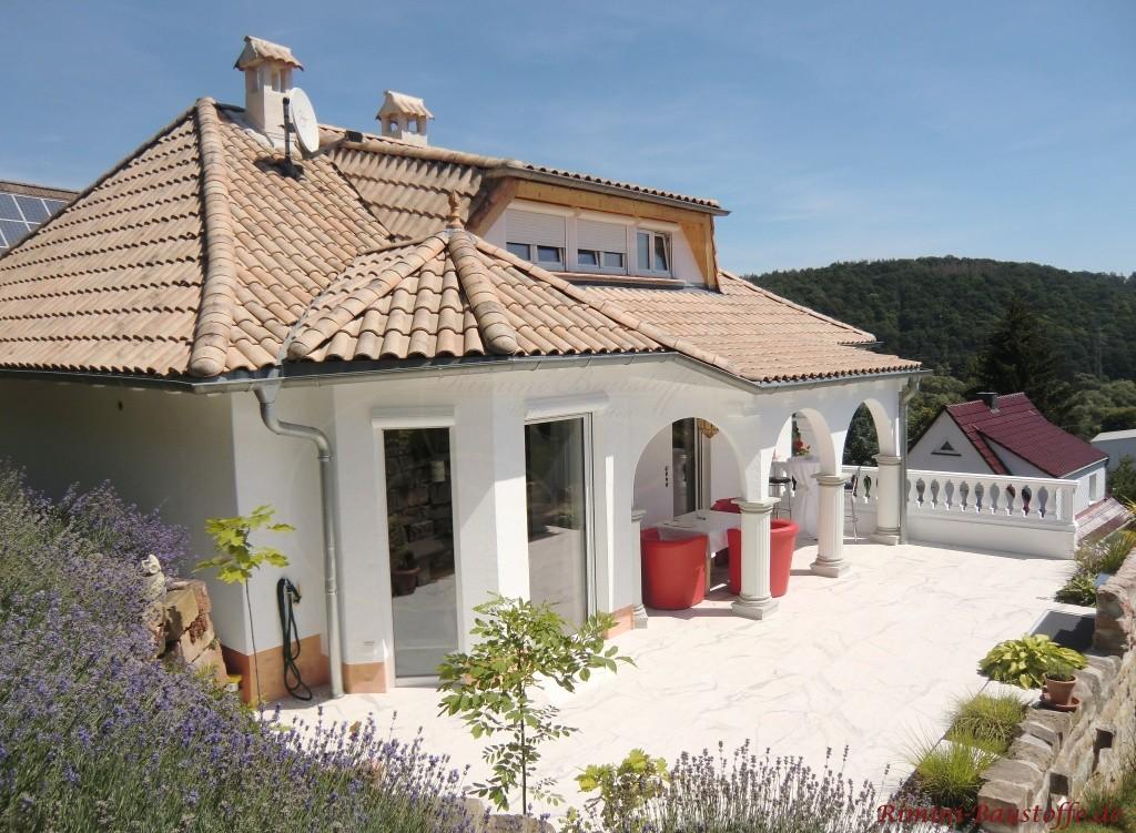 mediterrane Villa mit gemuscheltem Dach