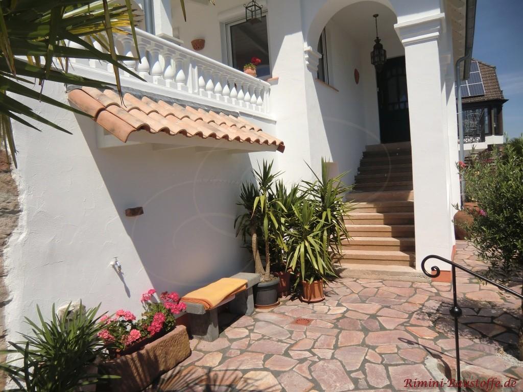 Mediterranes Vordach in gemuschelter Farbe
