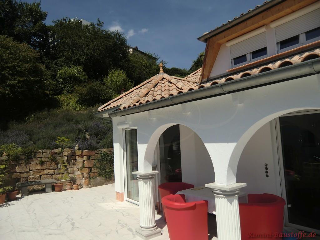 Atika am Haus mit Turm und mediterranem Dach