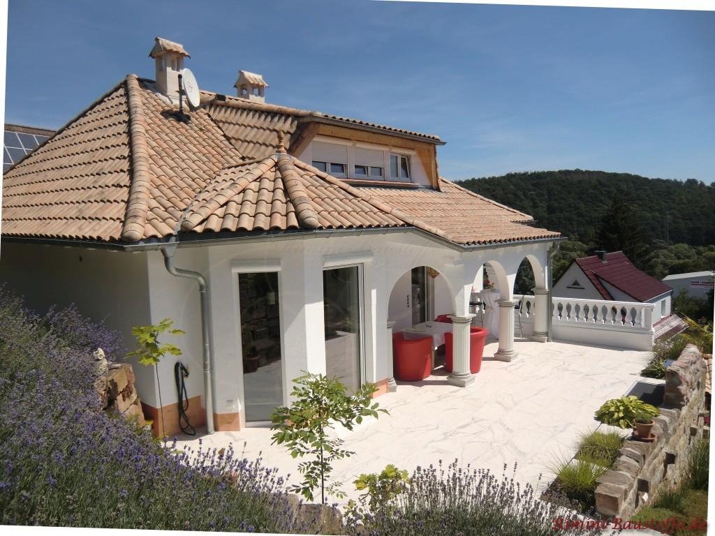 Tolles Haus mit südlichem Flair und schönem Dach im natürlichen Farben