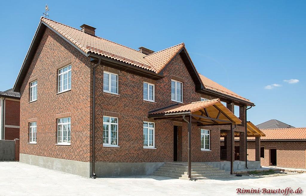 grosses doppelgeschossiges Haus mit Dachziegel aus Frankreich