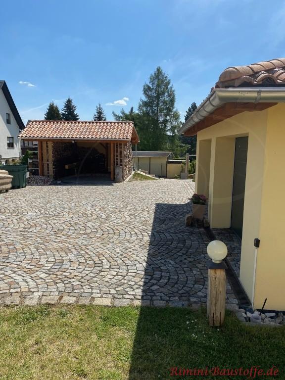 Haus und Geraeteschuppen mit Dachziegeln aus Frankreich eingedeckt