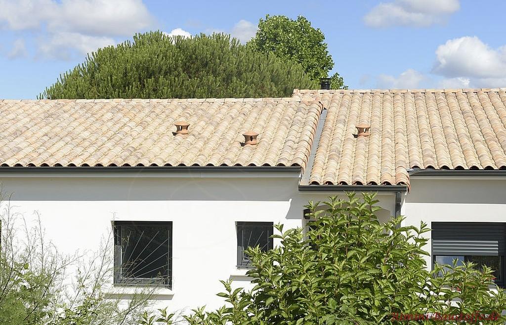 heller beiger Dachziegel zu einer weissen Putzfassade