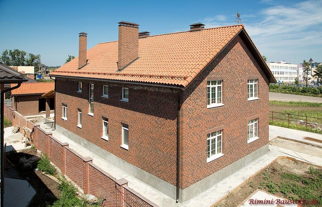 rot changierender Dachziegel mit Doppeloptik