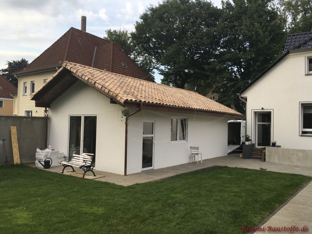 Gartenhaus mit suedlaendisch angehauchtem Dachziegel eingedeckt