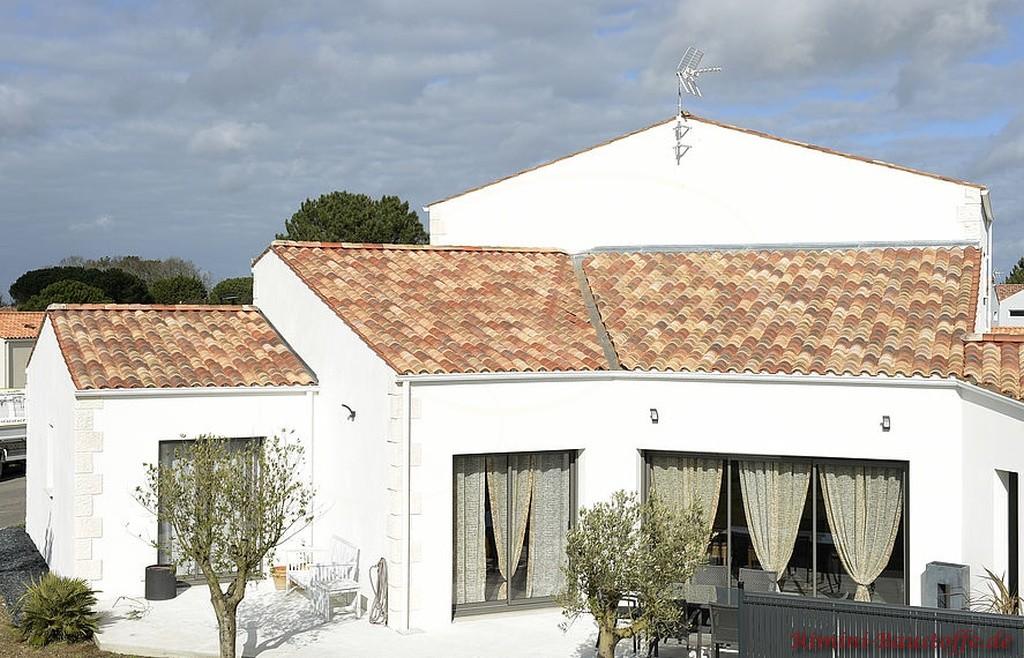 toller changierender Dachziegel zu einer weissen Fassade
