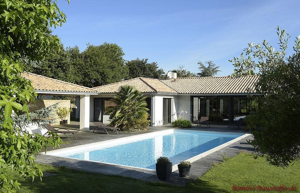 heller mediterraner Dachziegel auf einem Poolhaus