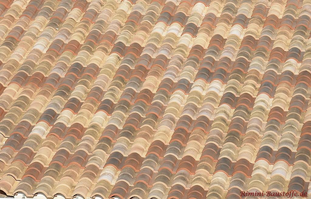 tolle Farbmischung der Dachziegel in Erdtoenen