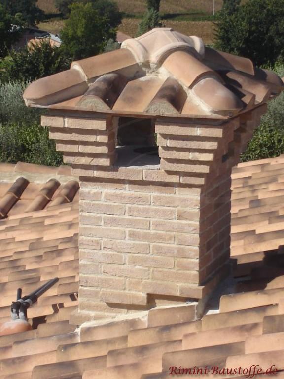 Dacheindeckung mit Halbschalen und passendem Schornstein