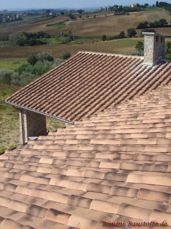 Aufsicht auf ein Dach mit holzfarbenen Halbschalen