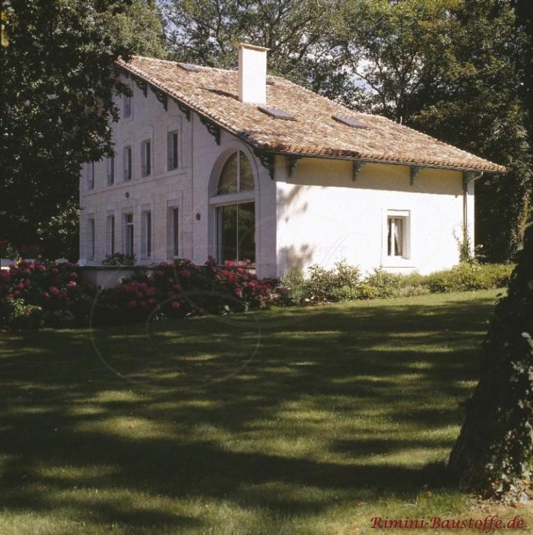 sehr schönes Bauernhaus mit weißer Putzfassade und schönem Pultdach in hellen Braun- und Beigetönen