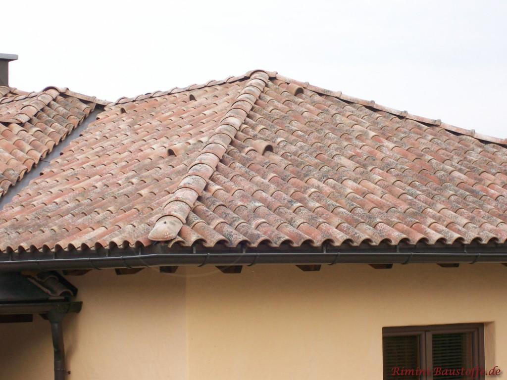 Neues Dach im antikem Stil. Dazu kommt eine hell Putzfassade und dunkle Fenster