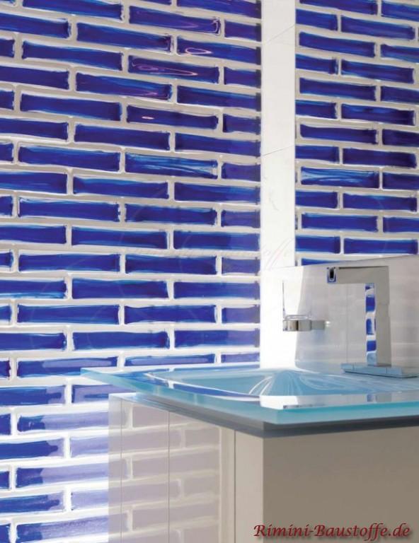 blaue Glassteine als Badezimmerwand