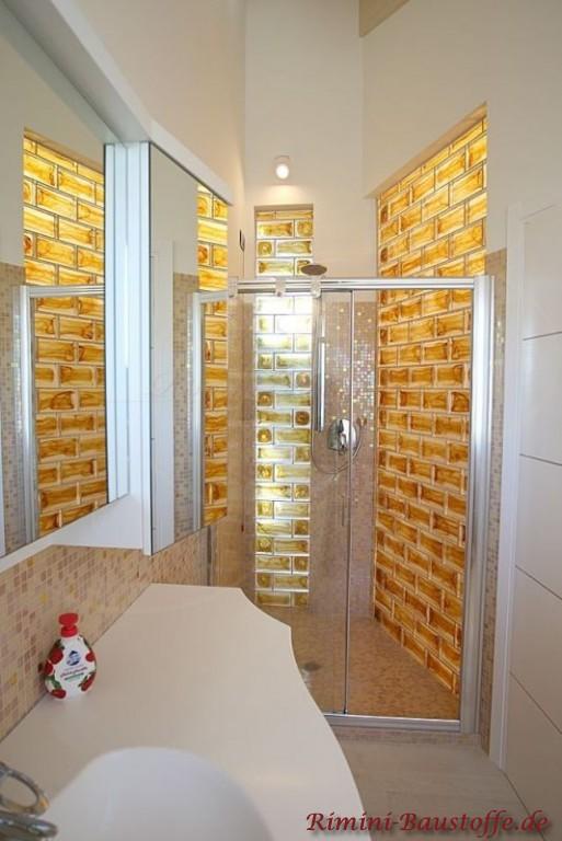 Duschwand aus goldenen Glasbausteinen