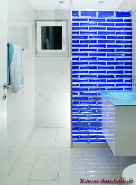 Duschwand aus blauen Glasbausteinen