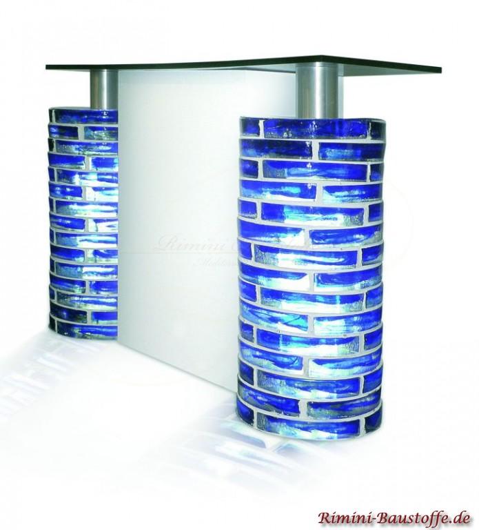 runde Tischbeine aus blauen Glasbausteinen