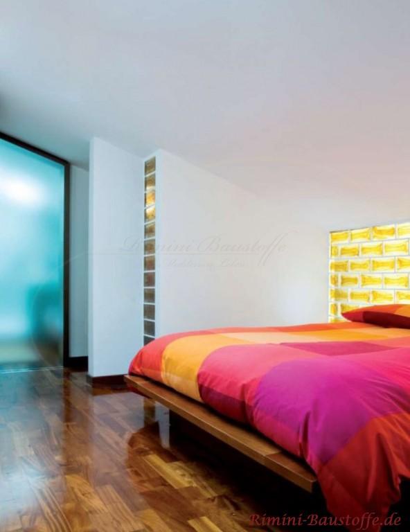 indirekt beleuchtete Glasbausteine in der Wand integriert
