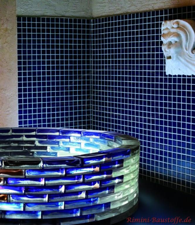 Badewanne aus blauen eleganten Glasbausteinen