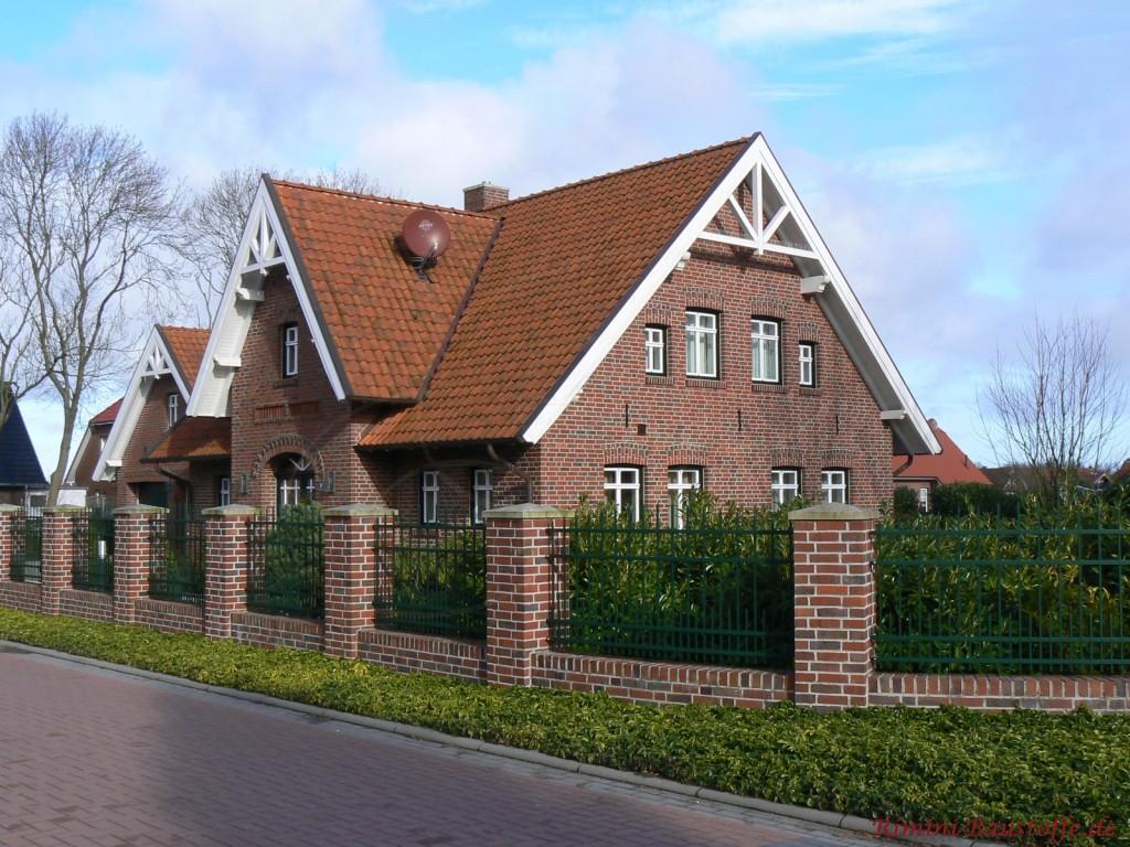 großes Klinkerhaus mit Satteldach und einer großen Dachgaube im Eingangsbereich