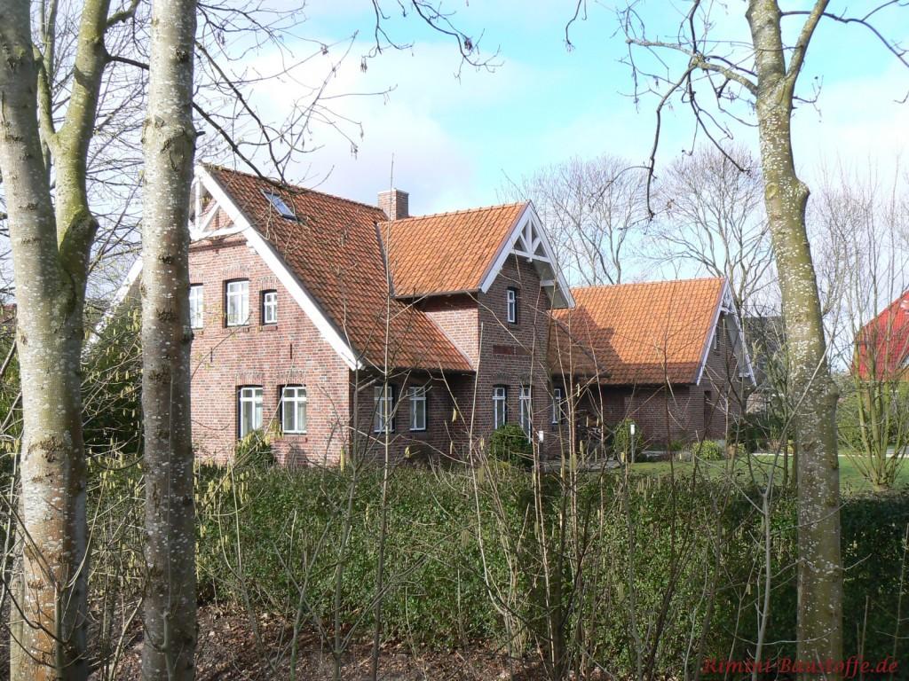 Norddeusches Klinkerhaus mit weissen Fenstern und rotem Dach