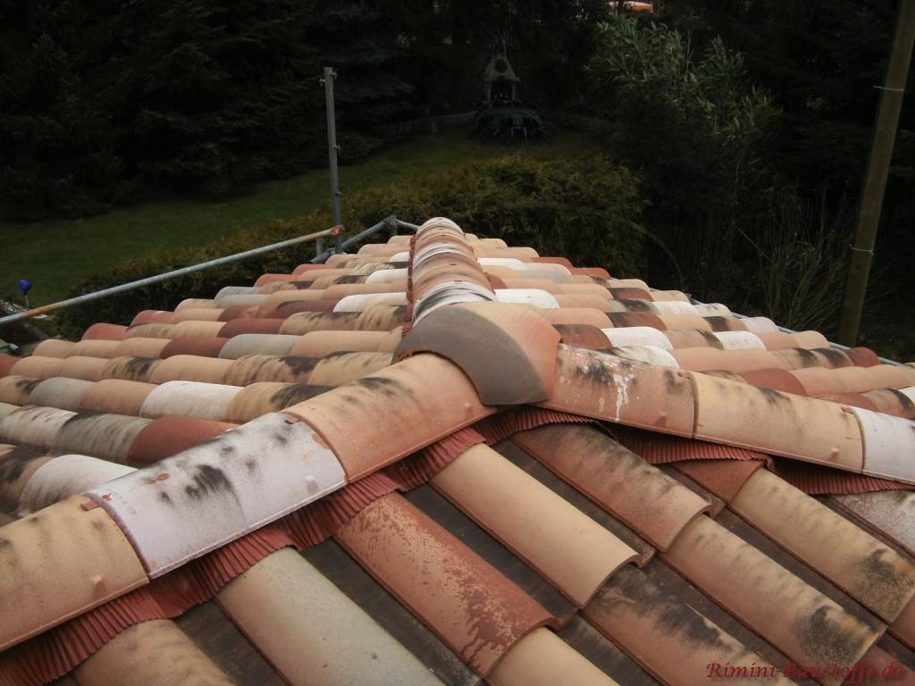 Walmkappe auf einem Dach in Herbstlaubmischung und schöner altgemachter Oberfläche