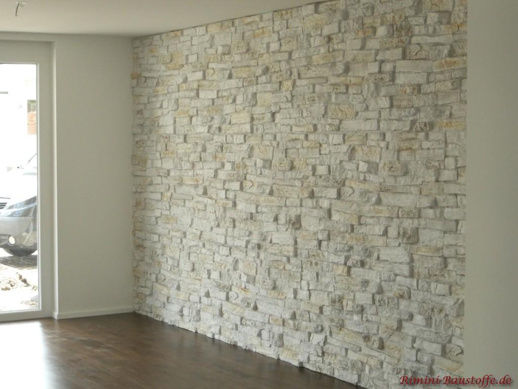 modeene helle Wandgestaltung in Natursteinoptik