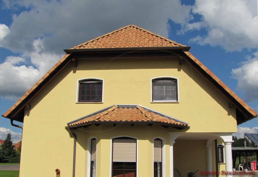 Gelbes Haus mit strohfarbigem Dachstein aus Ton
