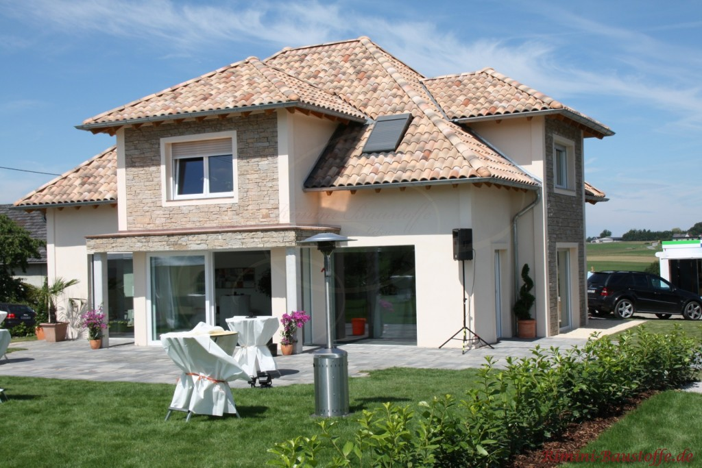 schönes Einfamilienhaus mit einer Natursteinverkleidung als Highlight passend zur Dachfarbe
