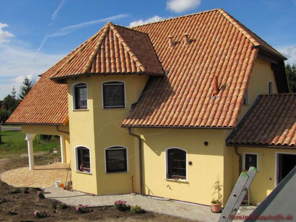 schönes Einfamilienhaus mit einem Erker und einem Turm und einer sehr schönen Dachfarbe passend zu der Fensterfarbe