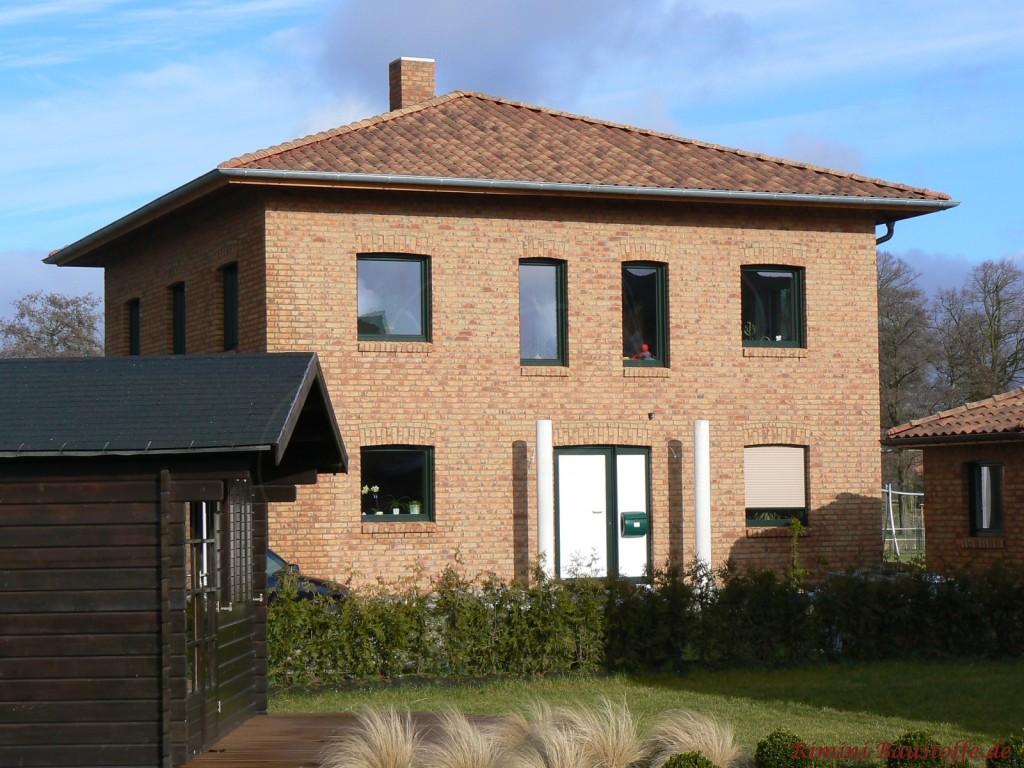 heller Klinkerbau mit einer sehr schönen passenden braunen Dachfarbe des Zeltdaches