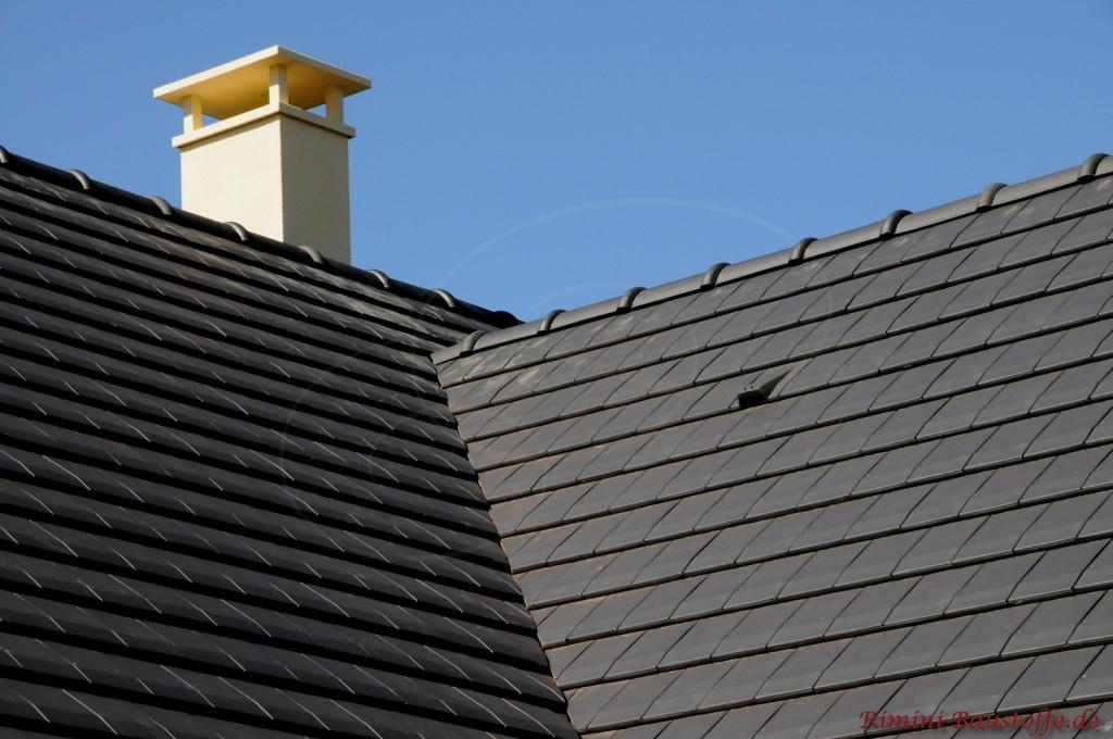 Weißer Schornstein der sehr schön zum schwarzem Tondach passt. Zu sehen ist auch ein Flächenlüfter nahe der Dachkehle