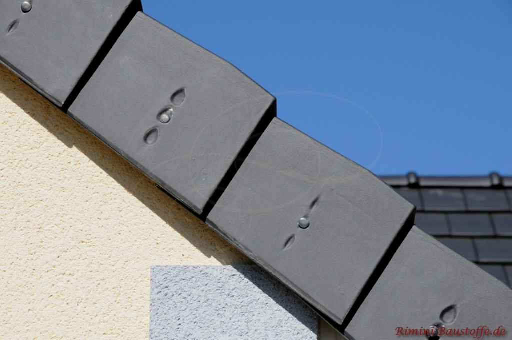 Linker Ortgangziegel bzw. Seitenabschluss bei einem französischem Glattziegel in dunkel durchgefärbtem Ton