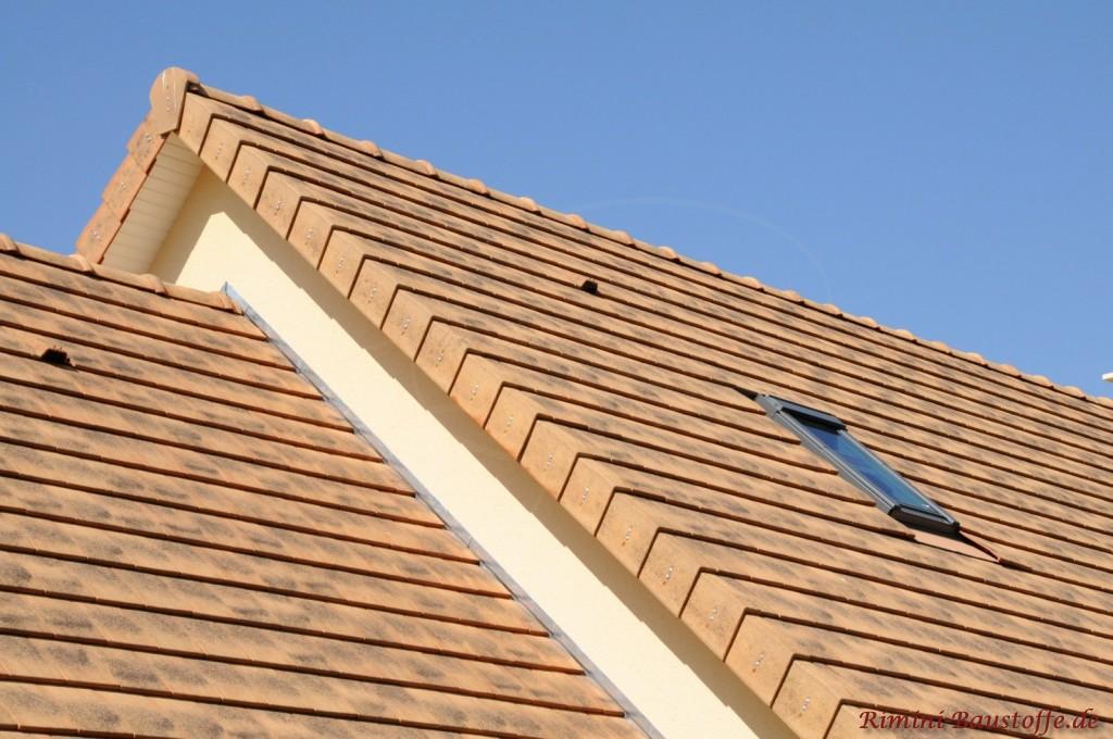Schöne Aufnahme von einem Satteldach in gelblicher Nuance. Die Dachneigung ist außerordentlich schräg