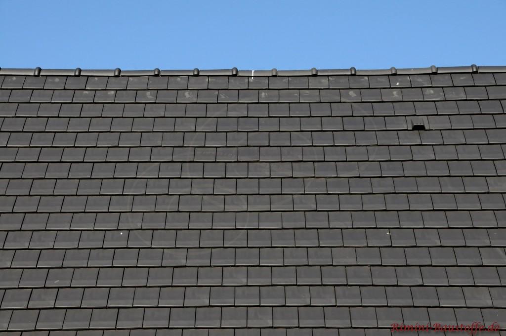 Glatte schwarze Dachfläche mit halbrundem First abgedeckt