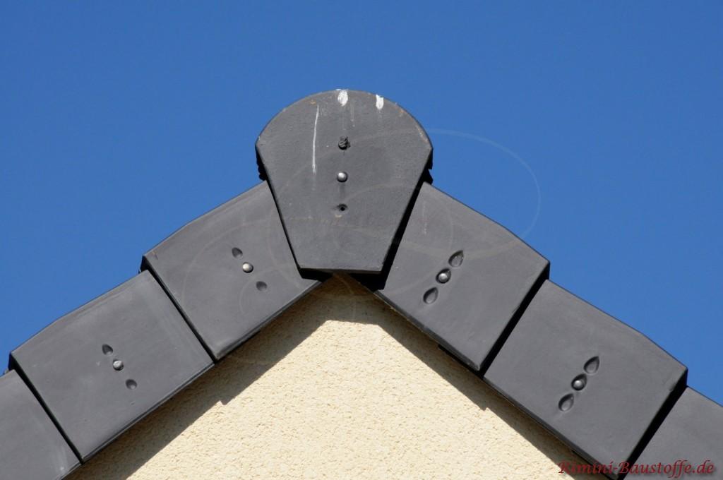 Satteldach mit großer Firstscheibe aus dunklem Ton