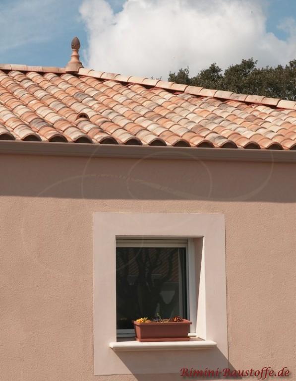 Pastelfarbenes Haus mit engobierter Bedachung