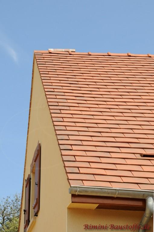 spitzes Satteldach mit gelber Putzfassade und Flächenlüfter