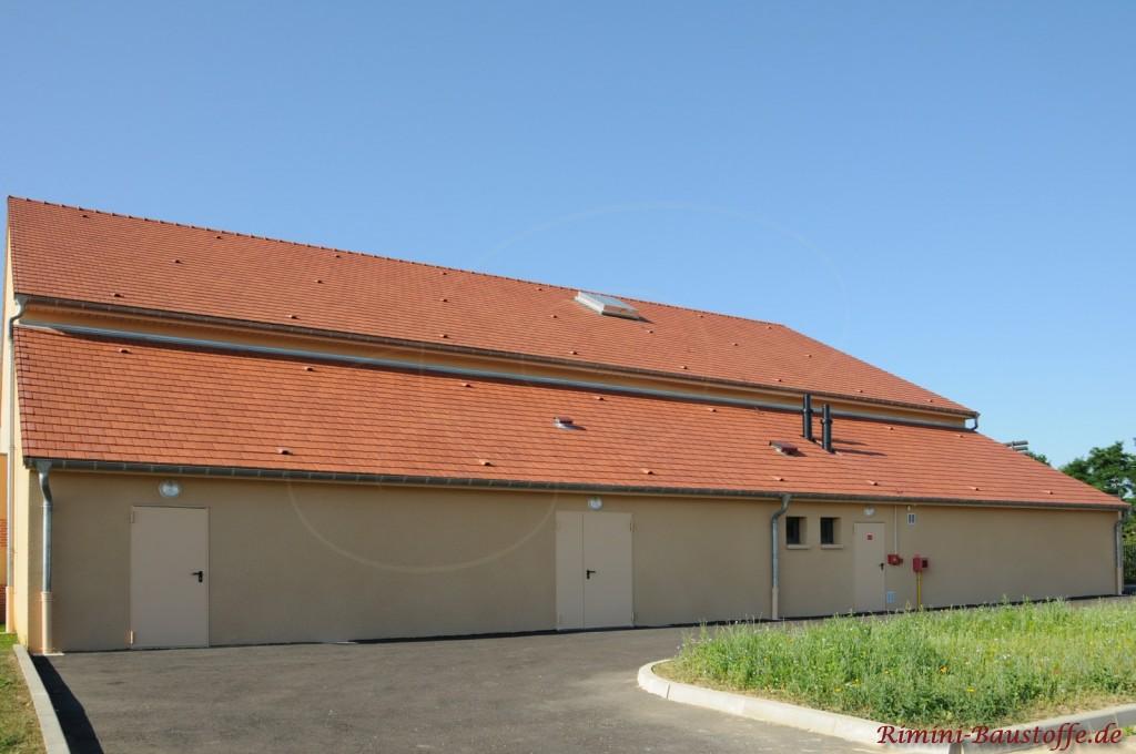 Stallanlage mit großem Satteldach und mehreren Flächenlüftern