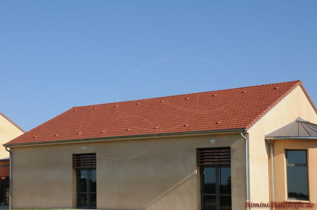 Satteldach in dunklem Rot mit einigen Flächenlüftern zur Zirkulation